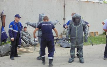 Спасатели «ЭКОСПАС» надевают костюм полной химической защиты