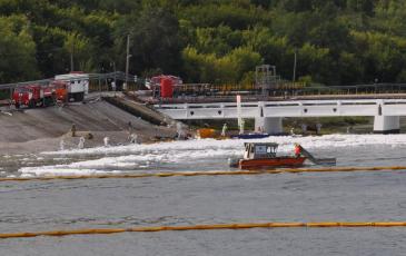 Спасатели «ЭКОСПАС» ликвидировали аварийный разлив нефти на берегу