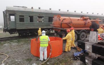 Спасатели произвели сбор разлитого нефтепродукта