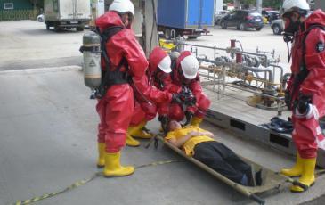 Спасатели эвакуируют «пострадавшего» сотрудника заправки для оказания первой помощи
