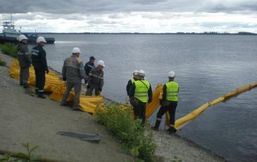 Развертывание боновых заграждений с берега
