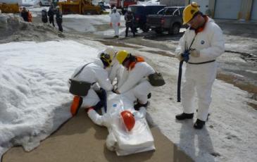 Спасатели оказывают «пострадавшему» первую медицинскую помощь
