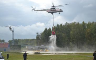 Распыление сорбентов с вертолета на месте утечки нефтепродуктов