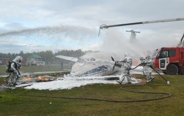 Учебное тушение потерпевшего крушение самолета