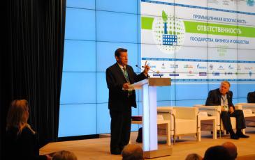 С докладом выступил президент Неправительственного экологического фонда имени В.И. Вернадского Владимир Грачёв
