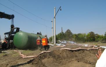 Спасатели «ЭКОСПАС» проводят обработку сорбентом места разлива