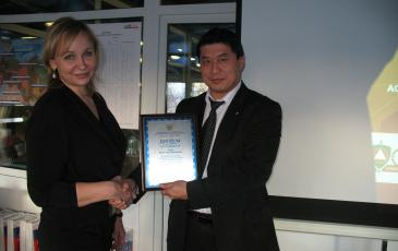 Председатель правления Фонда «Служу России» вручает грамоту директору Брянского филиала «ЭКОСПАС»
