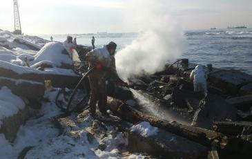Спасатели «ЭКОСПАС» зачищают береговою полосу с помощью парогенератора