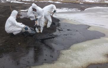 Спасатели «ЭКОСПАС» производят сбор нефтесодержащей эмульсии