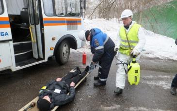 Спасатели «ЭКОСПАС» оказывают первую медицинскую помощь «пострадавшему»