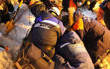 Сотрудники «ЭКОСПАС», МЧС и скорой помощи во время проведения аварийно-спасательной операции