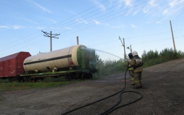Пожарный расчет ПЧ-6 ФГКУ «22 отряд ФПС по РБ» охлаждает аварийную цистерну водой