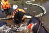 Спасатели Приморского центра «ЭКОСПАС» во время ликвидации последствий нефтеразлива в Уссурийске
